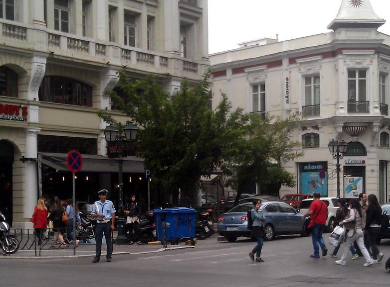 Название: Улицы Солоники и полицейский.jpg Просмотров: 157  Размер: 150.0 Кб