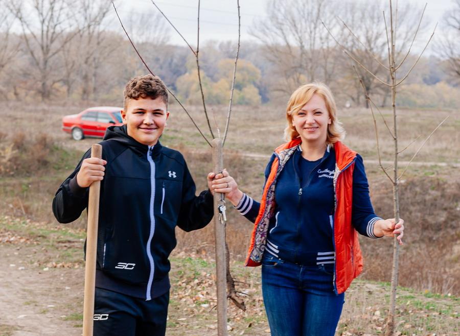 Название: Мама и сын сажают деревья.jpg Просмотров: 17  Размер: 177.8 Кб