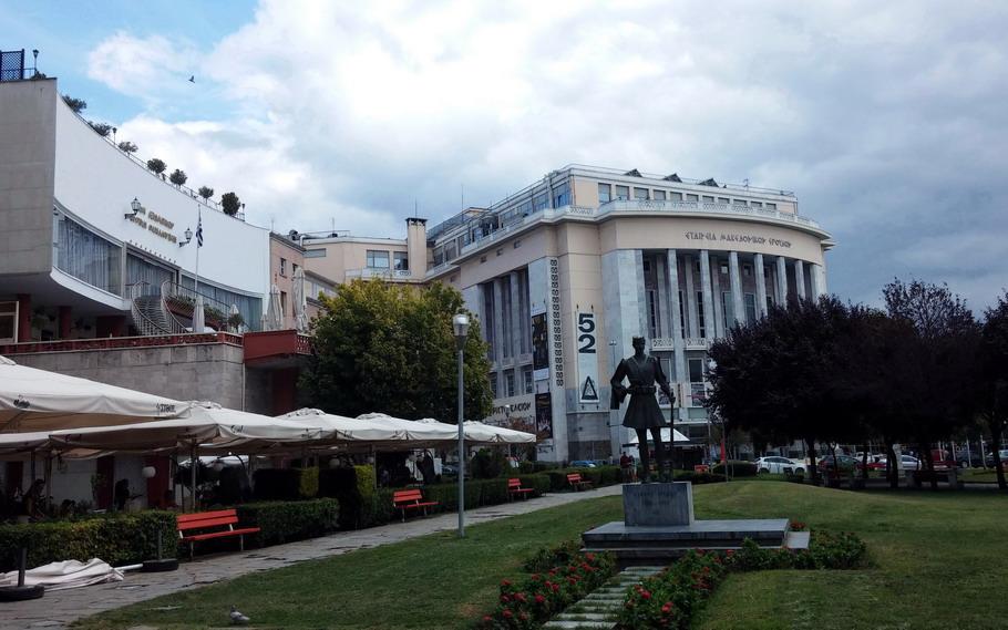 Название: Театр абсурда и памятник.jpg Просмотров: 153  Размер: 156.0 Кб
