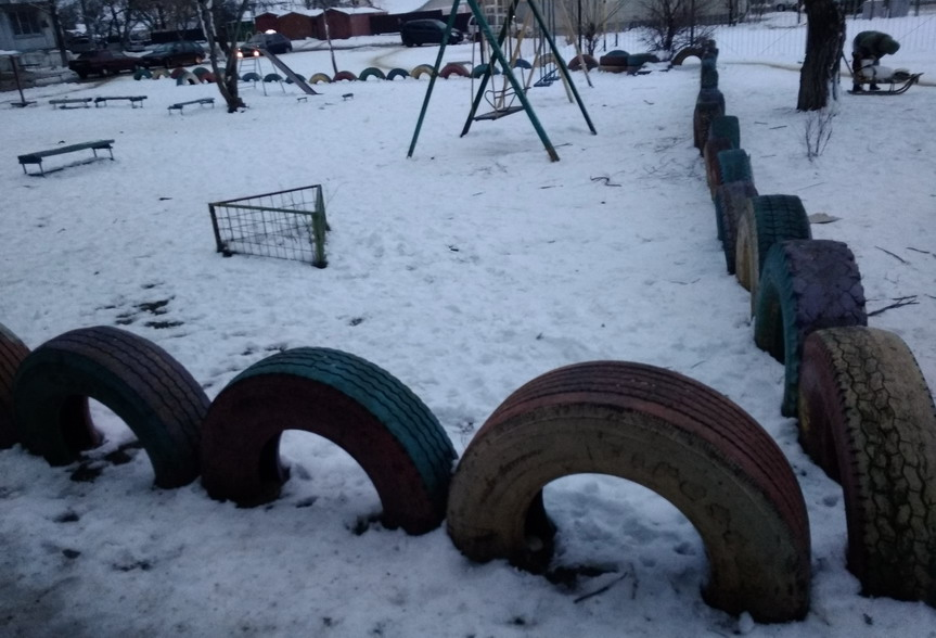 Название: Ограда детской площадки из старых покрышек.jpg Просмотров: 93  Размер: 131.9 Кб