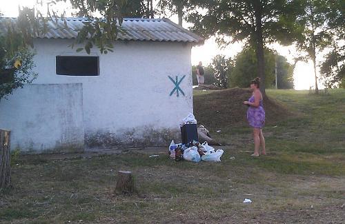Нажмите на изображение для увеличения Название: Мусор у женского туалета.jpg Просмотров: 451 Размер:97.1 Кб ID:2812