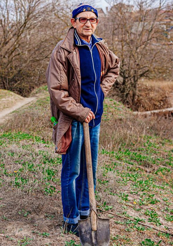 Название: Дедушка сажает дерево.jpg Просмотров: 13  Размер: 243.2 Кб