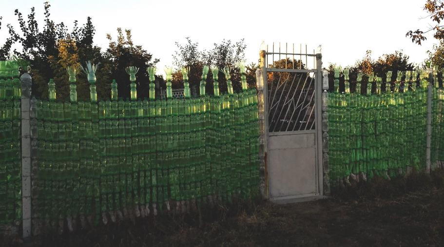 Название: Ограда из пластиковых бутылок.jpg Просмотров: 18  Размер: 151.7 Кб